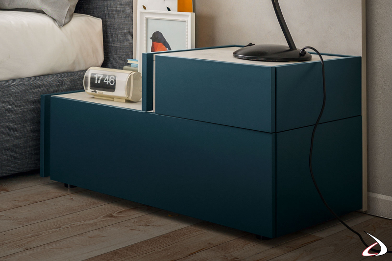 Moderner, aus zwei Modulen bestehender Nachttisch mit Standfuß