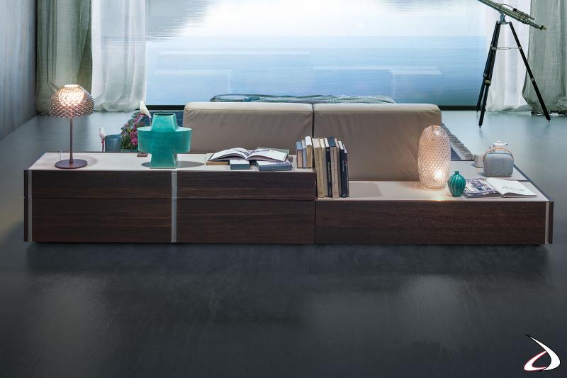 Komposition für die Rückseite des Bettes, modern und elegant, um dem Schlafzimmer Bedeutung zu verleihen. Dunkles Holzdekor im Kontrast zur weißen Platte und den Rillen.
