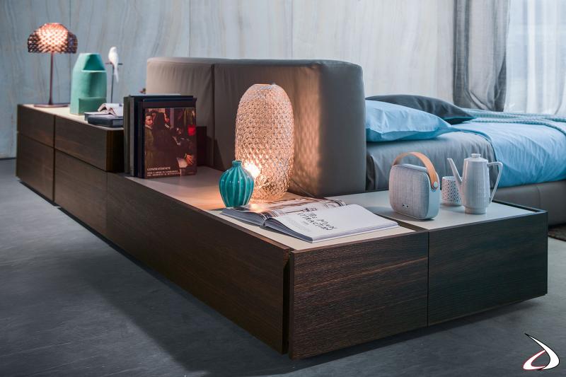Kommode und Nachttisch für die Rückseite des Bettes. Eine moderne Designkomposition für das Schlafzimmer mit kontrastierenden Farben.