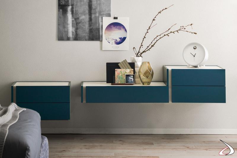 Vollständig aufgehängte Kommode mit kontrastierenden matten Oberflächen, die das Design und die Geometrie des Möbels besser zur Geltung bringen. Die Komposition besteht aus drei Modulen.