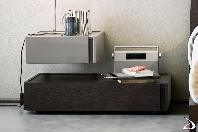 Nachttisch, bestehend aus einem bodenstehenden und einem wandmontierten Modul, mit kontrastierenden Oberflächen. Diese Art der Zusammenstellung ermöglicht es, beide Tabletts zu verwenden und ein modernes Möbel zu schaffen.