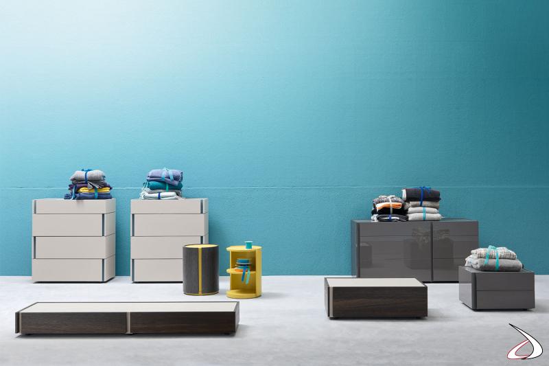 Schlafzimmermöbel, bestehend aus Nachttisch, Kommode und Schrank, mit minimalistischem, durch Rillen gekennzeichnetem Design. Möglichkeit der individuellen Anpassung der Möbel, um sie dank der modularen Module einzigartig zu machen