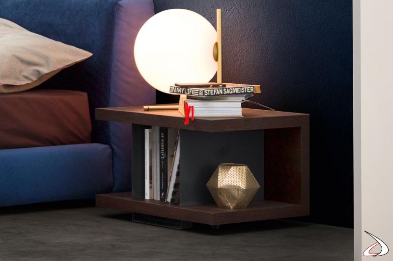 Comodino moderno e di design con struttura in legno e divisori in metallo
