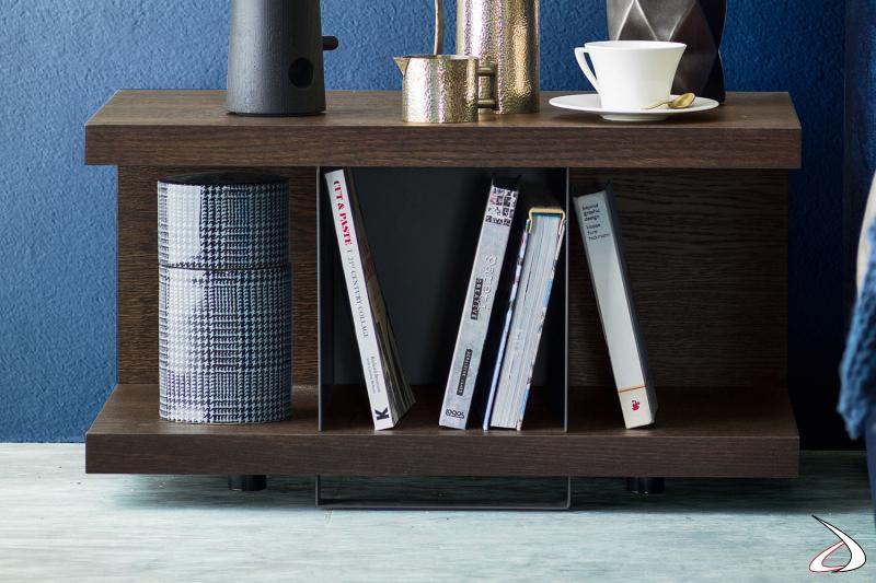 Comodino di design caratterizzato dal contrasto tra lo spessore della struttura in legno e la delicatezza del divisorio in metallo