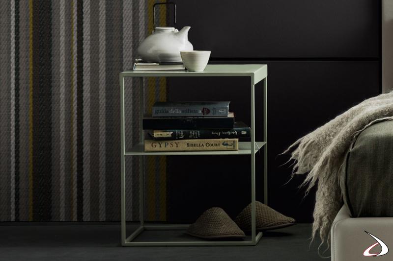 Moderner und minimalistischer quadratischer Nachttisch aus Metall