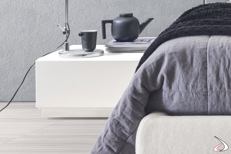 Comodino a terra a un cassetto in laccato bianco, per un arredo moderno e minimalista.