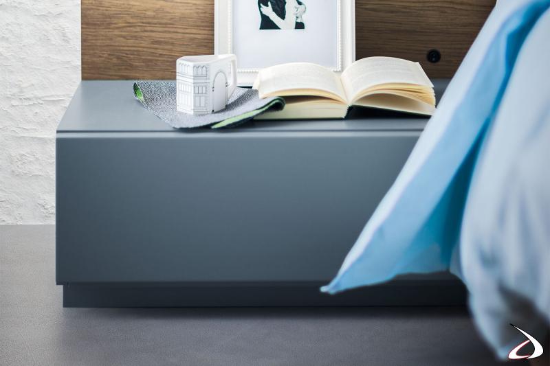 Comodino a terra a un cassetto semplice ed elegante. La maniglia è nascosta nella parte inferiore per mantenere il frontale pulito e un design minimalista.