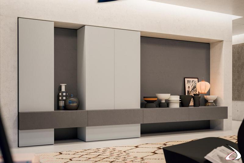Parete attrezzata su misura di design con basi cassetto sospese, colonne e schienali boiserie