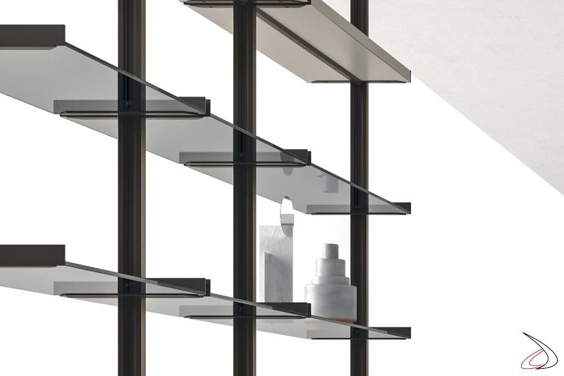 Libreria soggiorno componibile a pali con ripiani in vetro
