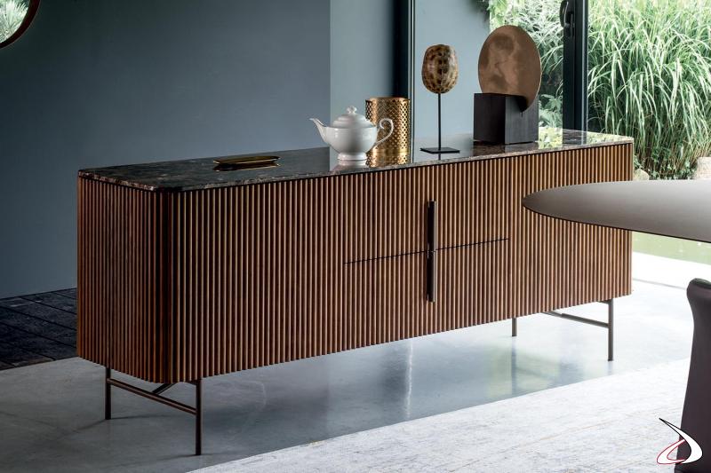 Credenza bassa di design in legno massello di noce con piano top in marmo emperador lucido