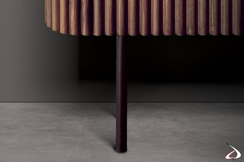Credenza di design con piedini alti in metallo verniciato elettrocol raggrinzante