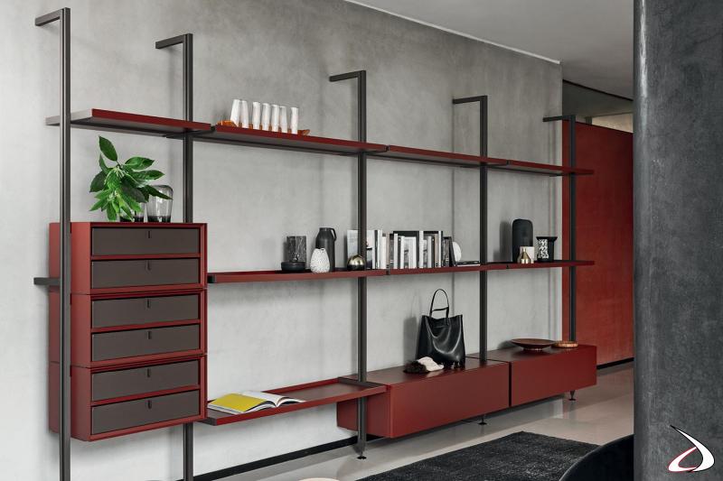 Libreria a parete moderna componibile con pali in metallo e attrezzata con cassettiere e mensole