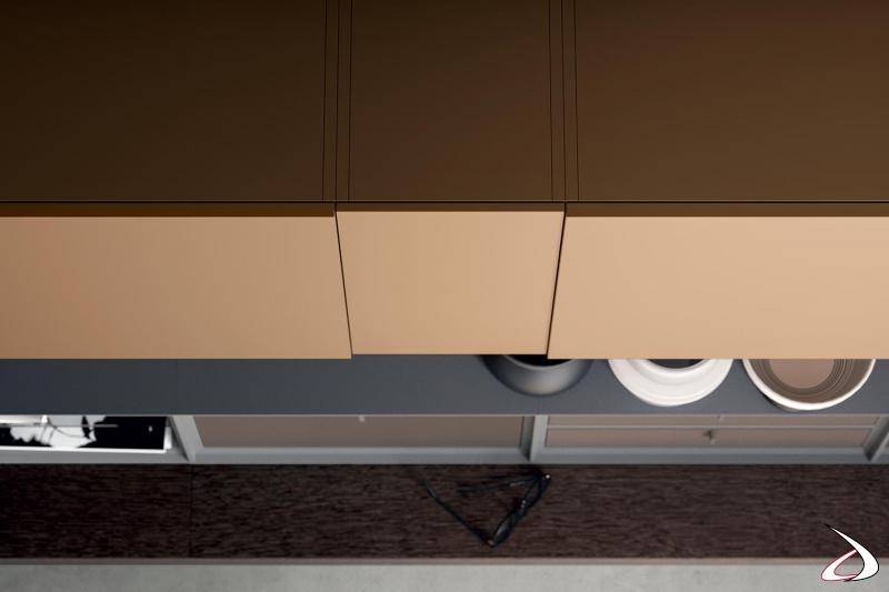 Parete soggiorno moderna di design con pensili in laccato opaco con ante di diverso spessore