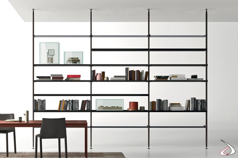 Libreria design bifacciale componibile alta fino al soffitto con pali in metallo