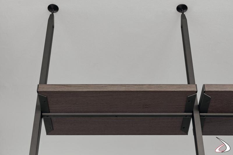 Libreria soggiorno componibile attrezzata con ripiani e cassettiere con pali alti fino al soffitto