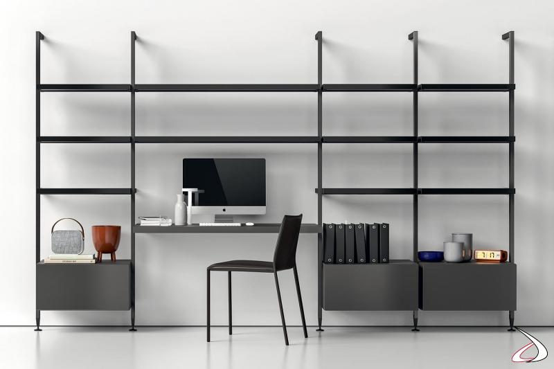 Libreria a parete componibile a pali con piano scrivania
