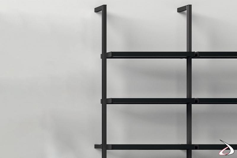 Libreria di design componibile con pali in metallo attrezzata con ripiani in due diverse profondità