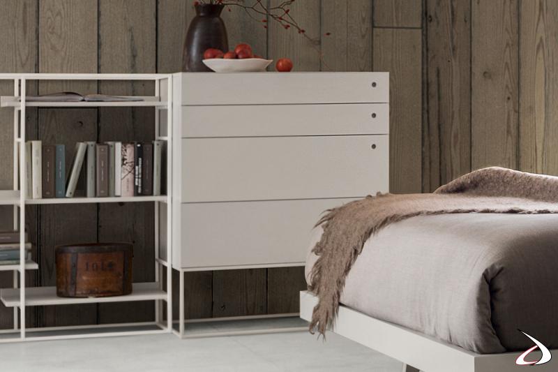 Schminktisch mit Metallfuß aus veredeltem Melamin, mit minimalistischem und klarem Design.