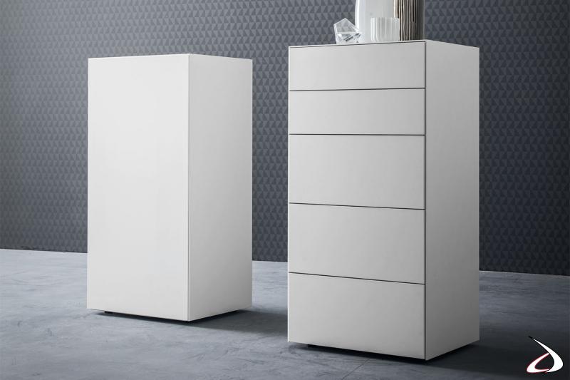 Settimino moderno e minimalista con finitura bianco laccato per un arredo elegante e sofisticato.