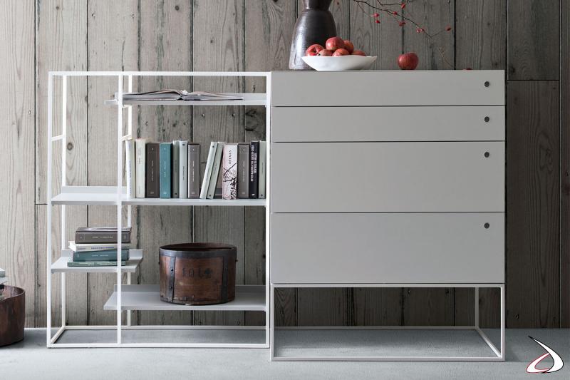 Moderne und elegante Kommode mit minimalistischem Design, mit Metallsockel und bündiger Schubladenöffnung.