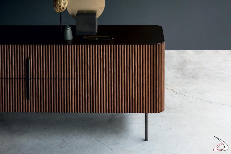 Credenza in legno massello di noce con piano top in metallo verniciato elettrocol raggrinzante