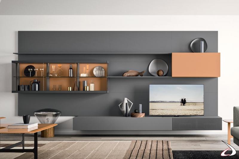 Arredo soggiorno moderno con basi sospese ed elegante vetrinetta di design