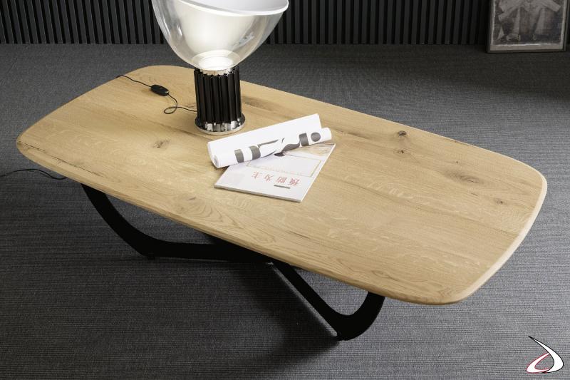 Tavolino dal design moderno rettangolare in rovere massiccio naturale. Il basamento, in ferro nero, con il duo design simmetrico dona particolarità a questo arredo.