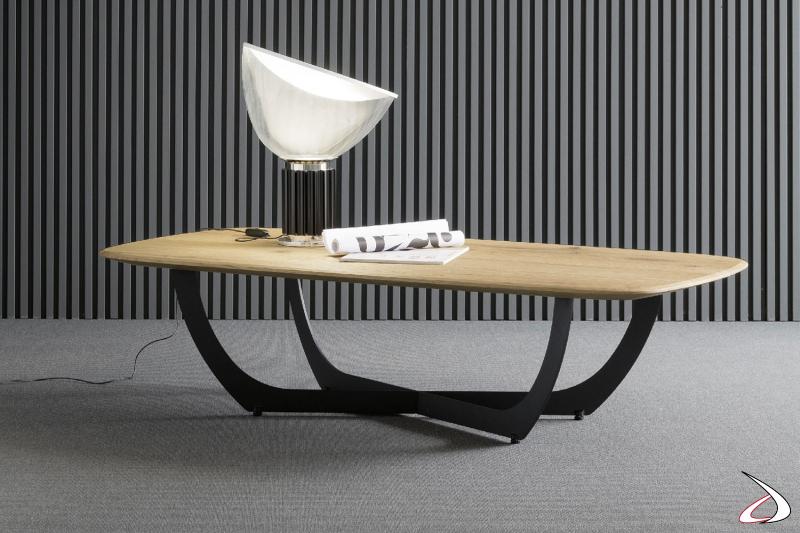 Tavolino con top in rovere naturale sagomato, dal design semplice in contrasto con il particolare basamento in ferro nero incrociato.