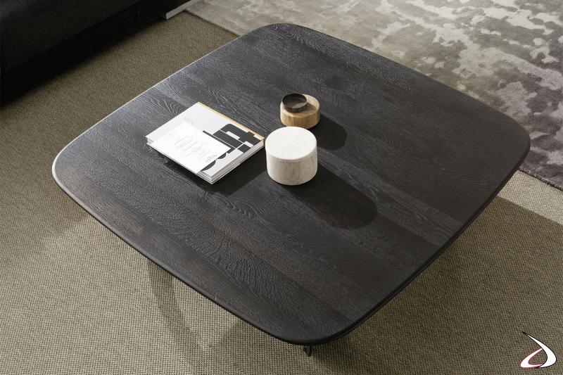 Tavolino per dronte divano con top in rovere carbone quadrato dagli angoli smussati.