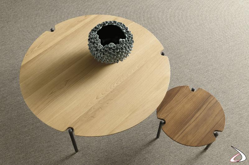 Tavolino rotondo dal design semplice e lineare, adatto ad ogni ambiente. Il top è disponibile in varie finiture e le gambe sono in acciaio.