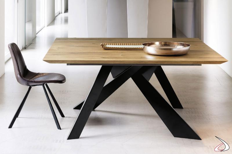 Tavolo dal design esuberante con piano in rovere kuba con bordo inclinato e basamento in ferro nero.