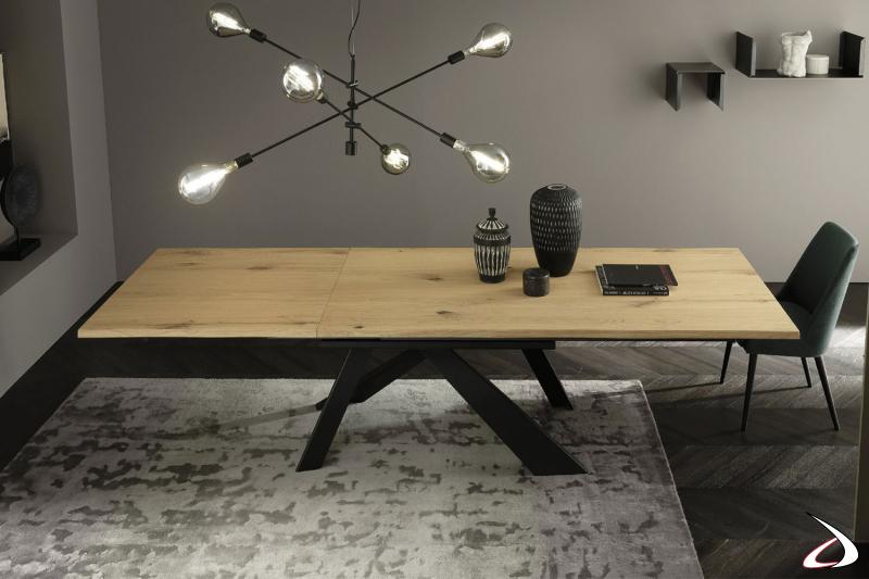 Tavolo allungabile in rovere massello kuba con basamento a quattro gambe geometriche in ferro nero.