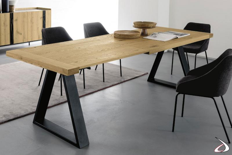 Tavolo rettangolare allungabile sistema FAST, con top in rovere naturale e basamento in ferro nero.