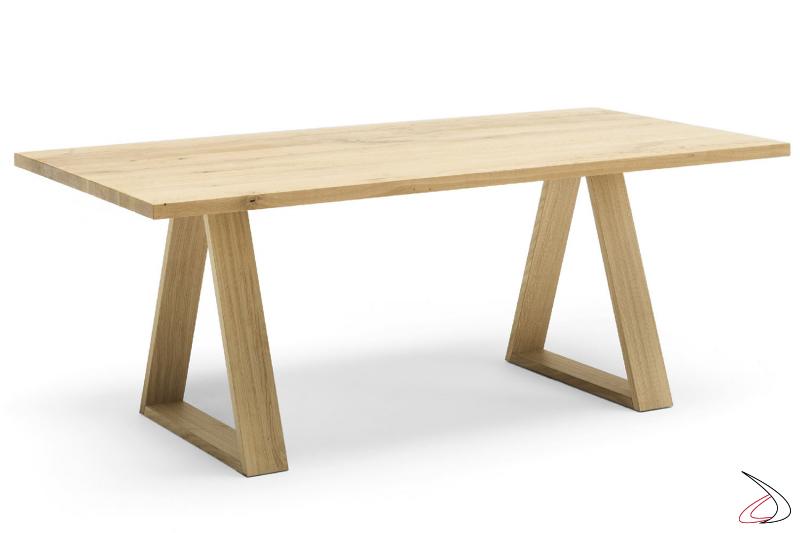 Tavolo rettangolare fisso con top e basamento in rovere.