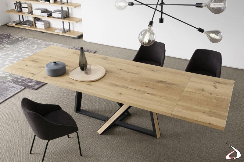 Tavolo allungabile con piano in rovere massello e basamento in ferro e inserti in rovere