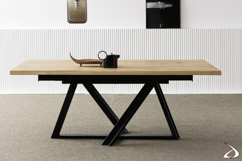 Tavolo allungabile con piano in rovere massello e basamento in ferro