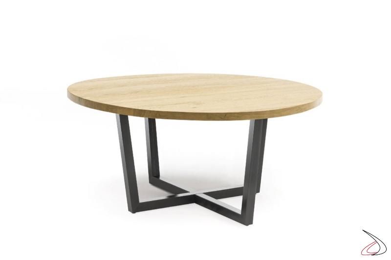 Tavolo rotondo con top in legno massiccio disponibile in varie finiture, arricchito da un particolare basamento in ferro nero