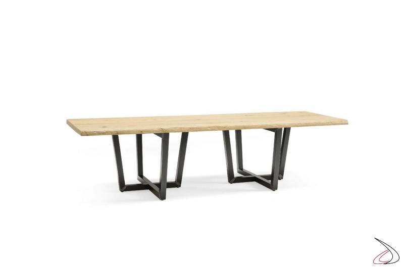 Tavolo rettangolare, disponibile in varie misure, con top in legno massiccio e basamento in ferro.