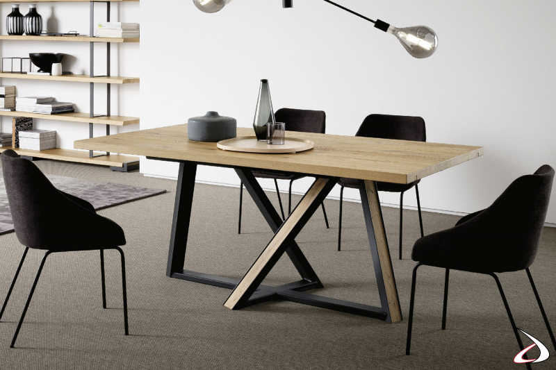 Tavolo con piano in rovere massello e basamento in ferro nero con inserti in legno