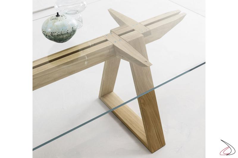 Tavolo rettangolare con top in vetro extrachiaro e basamento in legno rovere naturale.
