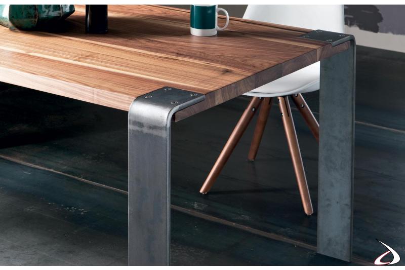Tavolo moderno in legno con gambe curvate in ferro
