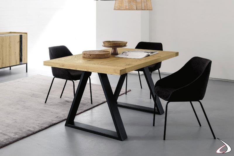 Tavolo rettangolare dal top in legno massiccio con bordi regolari, e gambe in ferro nero geometriche.