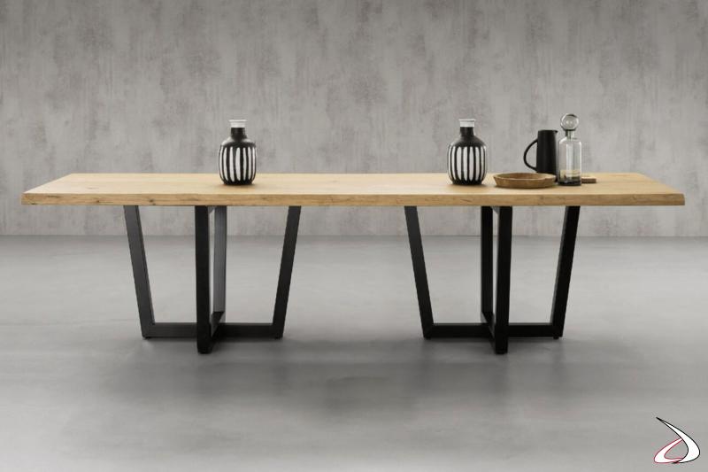 Tavolo rustico con top in legno massiccio ed elegante basamento incrociato in ferro.