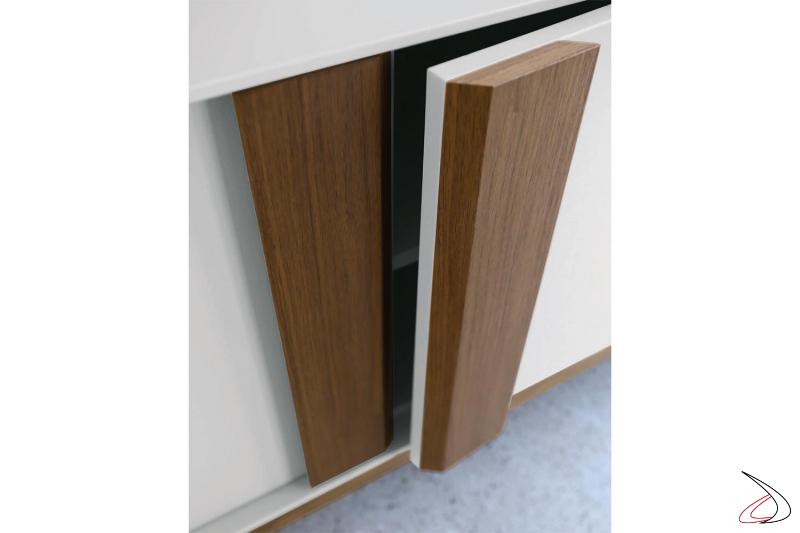 Credenza di design ni laccato opaco con maniglie in legno noce canaletto