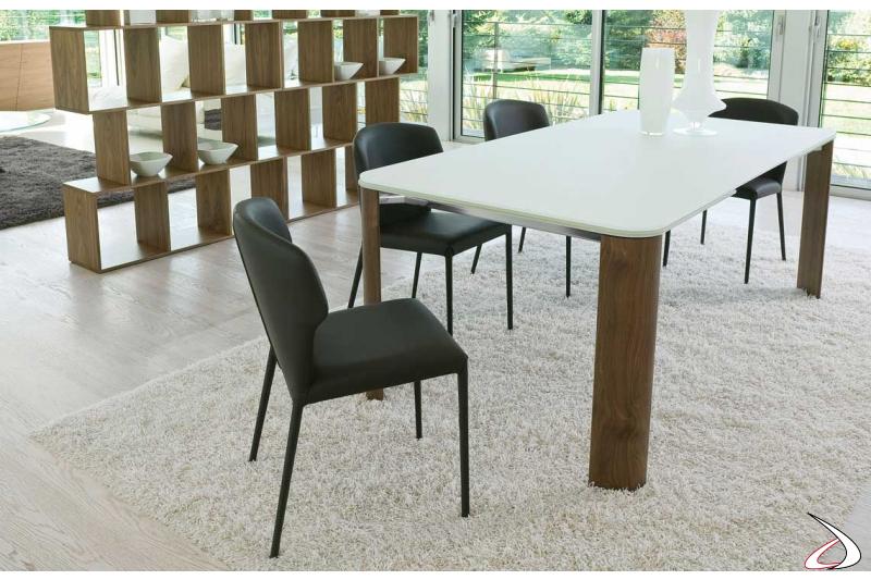 Tavolo design allungabile in vetro con gambe in legno noce