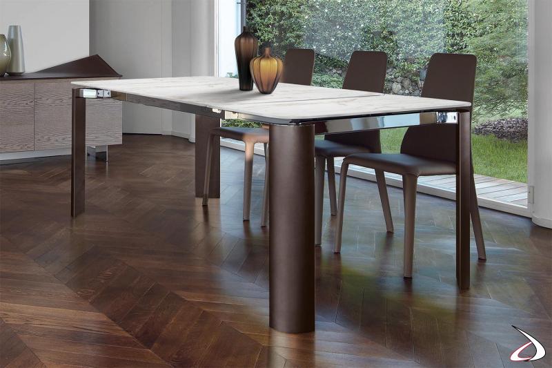 Tavolo di lusso per la sala da pranzo con gambe in alluminio e piano in ceramica bianco statuario
