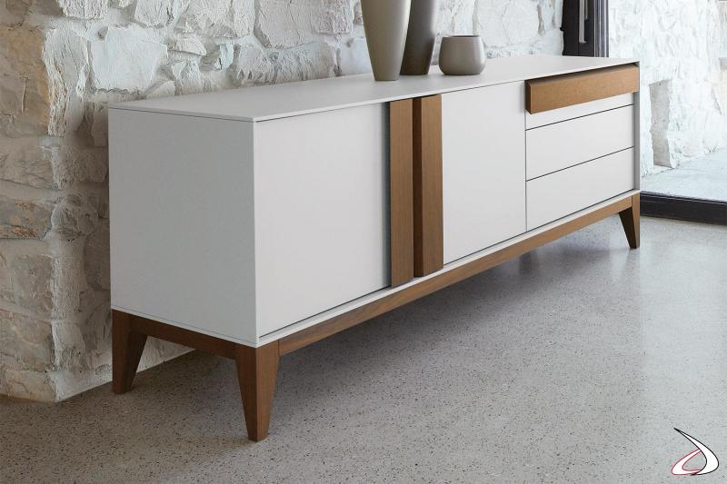 Credenza elegante e dal design di lusso con piedini alti in legno con ante e cassetti in laccato