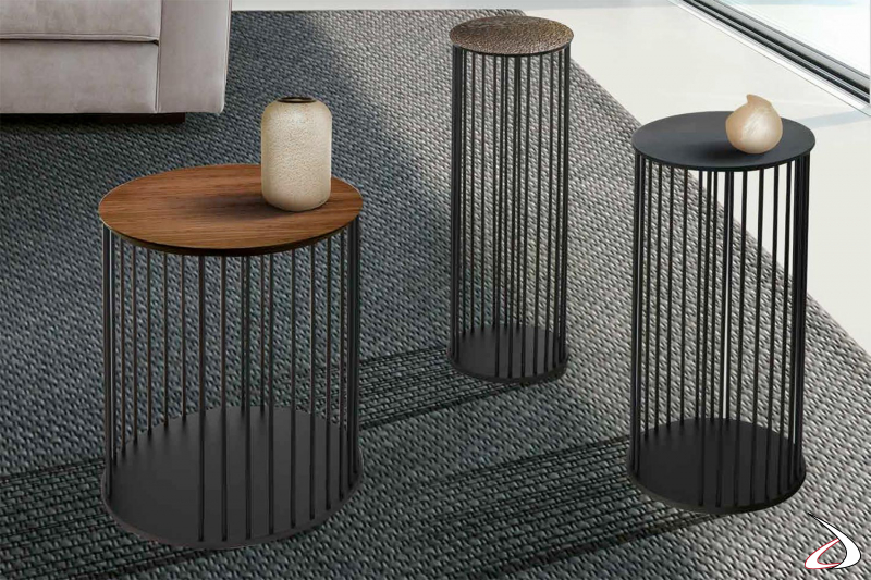 Tavolino di design rotondo da salotto con struttura realizzata con tondini di metallo