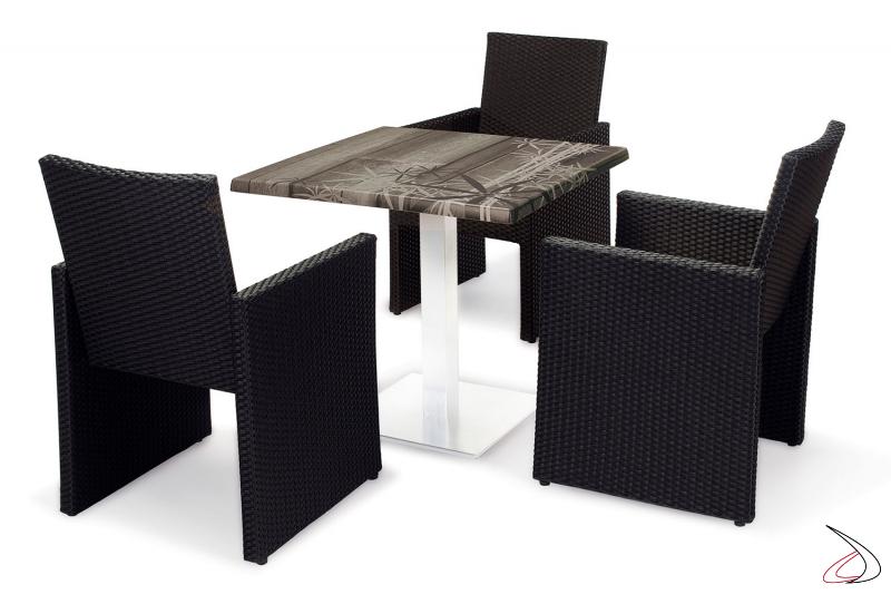 Arredamento per terrazzo esterno con sedie con cuscino colore antracite