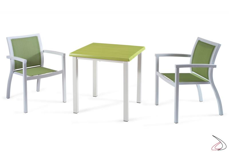 Arredamento da bar con sedie verdi con braccioli